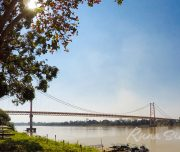 Аналог моста Golden Gate Bridge, посреди джунглей Амазонии
