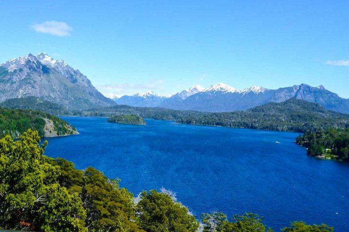 Огромное высокогорное озеро, в горной системе Патагонии, Аргентина.